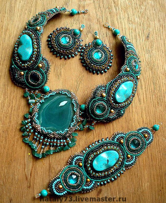 Авторские украшения - натуральные камни, кожа, бусины, чешский и японский бисер.  Я пока займусь этим кабошонам.